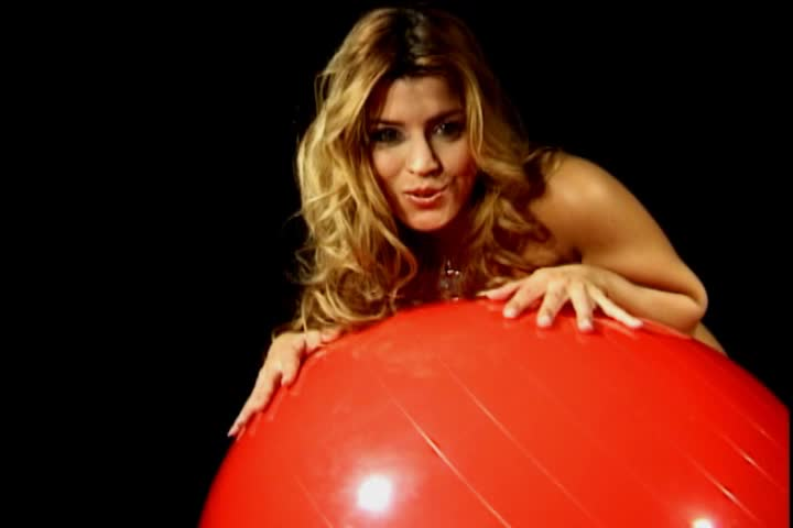 Linda, nua, na bola vermelha