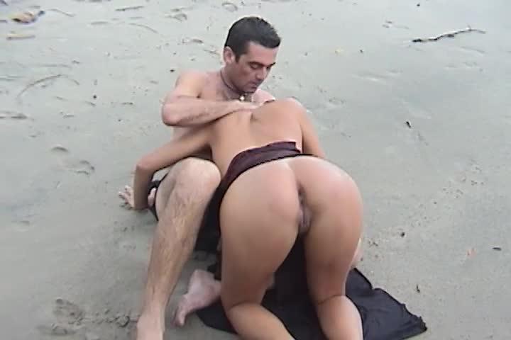 Sexo na praia com chuva